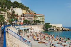 Os povos relaxam na praia pública em agradável, França Imagem de Stock