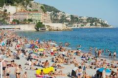 Os povos relaxam na praia pública em agradável, França Fotografia de Stock Royalty Free