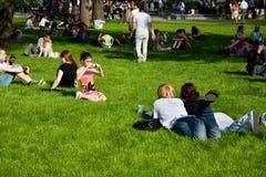 Os povos relaxam no parque Fotos de Stock Royalty Free