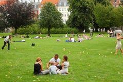 Os povos relaxam no parque real Fotografia de Stock