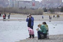 Os povos relaxam pela caminhada do rio na natureza fotos de stock