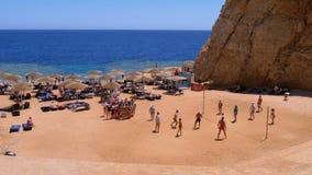 Os povos relaxam, voleibol do jogo e tomam sol na praia em Egito vídeos de arquivo