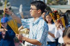 Os povos rezam no templo budista durante a celebração chinesa do ano novo em Ho Chi Minh, Vietname Imagens de Stock