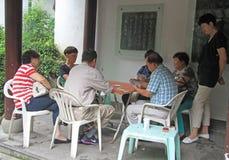 Os povos são cartões de jogo exteriores em Hangzhou, China Fotografia de Stock