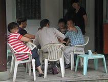 Os povos são cartões de jogo exteriores em Hangzhou, China Imagens de Stock