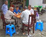 Os povos são cartões de jogo exteriores em Hangzhou, China Fotos de Stock