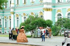 Os povos são fotografados em trajes históricos perto do eremitério em St Petersburg fotos de stock royalty free