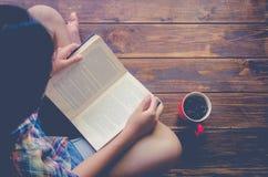 Os povos são livro de leitura para mais conhecimento disponível a aprender em um livro Imagens de Stock Royalty Free
