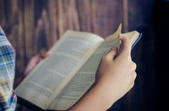 Os povos são livro de leitura para mais conhecimento disponível a aprender em um livro Foto de Stock