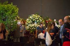 Os povos são recolhidos para lamentar a cerimônia do colapso da ponte de Morandi fotografia de stock