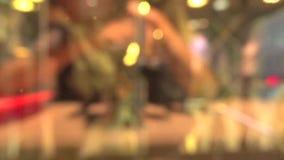 Os povos saem do restaurante de fastfood vídeos de arquivo