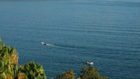 Os povos sentam-se em um bote e em uma nadada na baía pelo mar filme