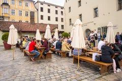 Os povos sentam-se fora de um restaurante Fotos de Stock Royalty Free