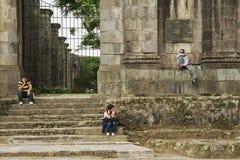 Os povos sentam-se na entrada às ruínas da catedral de Santiago Apostol em Cartago, Costa Rica Fotografia de Stock Royalty Free
