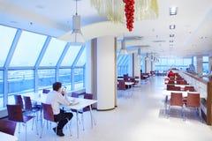 Os povos sentam-se no café na torre norte do arranha-céus Fotografia de Stock