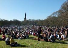 Os povos sentaram-se dentro em Hyde Park Leeds no protesto 420 para fazer campanha para o decriminalization do cannabis no Reino  Foto de Stock Royalty Free
