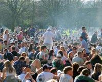 Os povos sentaram-se dentro em Hyde Park Leeds no protesto 420 para fazer campanha para o decriminalization do cannabis no Reino  Fotografia de Stock