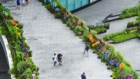 Os povos superiores da vista aérea estão andando no pedestre da ponte Imagens de Stock Royalty Free