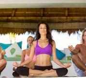 Os povos têm a meditação na classe da ioga imagem de stock