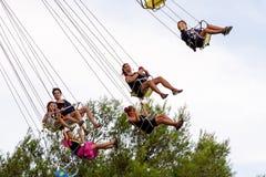 Os povos têm o divertimento na atração do passeio do balanço do voo do carrossel no parque de diversões de Tibidabo Fotografia de Stock Royalty Free