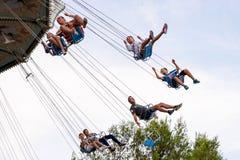 Os povos têm o divertimento na atração do passeio do balanço do voo do carrossel no parque de diversões de Tibidabo Foto de Stock