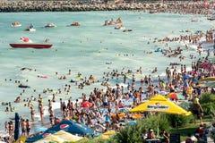 Os povos têm o divertimento na praia do Mar Negro Fotografia de Stock