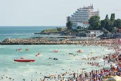 Os povos têm o divertimento na praia do Mar Negro Fotos de Stock Royalty Free