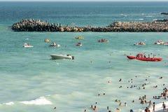 Os povos têm o divertimento na praia do Mar Negro Imagens de Stock Royalty Free