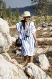 Os povos tailandeses das mulheres viajam e levantando com o jardim de pedra no ` s Kunming de Suan Hin Pha Ngam ou de Tailândia Fotos de Stock