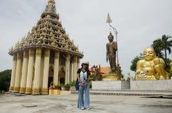 Os povos tailandeses das mulheres visitam e respeitam rezar Wat Sakae Krang em Uthai Thani, Tailândia foto de stock