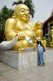 Os povos tailandeses das mulheres visitam e respeitam rezar Wat Sakae Krang em Uthai Thani, Tailândia fotos de stock royalty free
