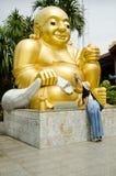 Os povos tailandeses das mulheres visitam e respeitam rezar Wat Sakae Krang em Uthai Thani, Tailândia imagens de stock