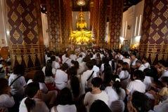 Os povos tailandeses do budismo adoram na Buda principal no templo Fotografia de Stock