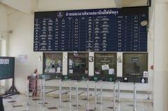 Os povos tailandeses dos passageiros esperam e compram o trem do bilhete em Phuttalung l imagens de stock
