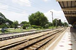 Os povos tailandeses dos passageiros esperam e compram o trem do bilhete em Phuttalung l imagem de stock royalty free