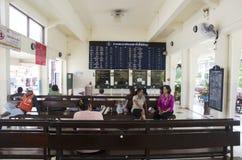 Os povos tailandeses dos passageiros esperam e compram o trem do bilhete em Phuttalung l imagem de stock