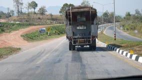 Os povos tailandeses dos viajantes que conduzem o carro na estrada do campo de Dan Sai vão ao parque nacional e ao Chiang Khan de video estoque