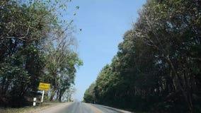 Os povos tailandeses dos viajantes que conduzem o carro na estrada do campo de Dan Sai vão ao parque nacional e ao Chiang Khan de vídeos de arquivo