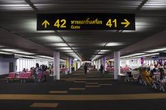Os povos tailandeses e o viajante do foreiner esperam e andam dentro de Don M Imagem de Stock