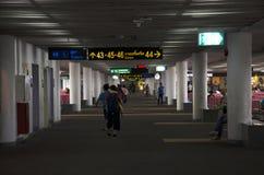 Os povos tailandeses e o viajante do foreiner esperam e andam dentro de Don M Fotografia de Stock Royalty Free