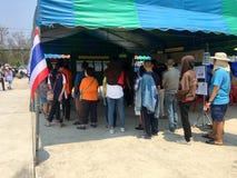 Os povos tailandeses enfileiram-se para eleger o governo novo após 6 anos de golpe longo no dia de pré-eleição o 17 de março de 2 fotografia de stock royalty free