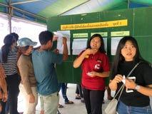 Os povos tailandeses enfileiram-se para eleger o governo novo após 6 anos de golpe longo no dia de pré-eleição o 17 de março de 2 fotos de stock royalty free