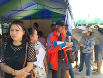 Os povos tailandeses enfileiram-se para eleger o governo novo após 6 anos de golpe longo no dia de pré-eleição o 17 de março de 2 fotografia de stock
