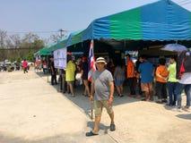 Os povos tailandeses enfileiram-se para eleger o governo novo após 6 anos de golpe longo no dia de pré-eleição o 17 de março de 2 foto de stock royalty free