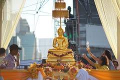 Os povos tailandeses espirram a estátua de buddha com água do perfume fotografia de stock royalty free