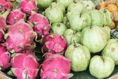 Os povos tailandeses gostam do fruto do dragão Fotografia de Stock Royalty Free