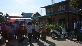 Os povos tailandeses juntam-se ao passeio cantam a música e a dança na parada casou tradicional video estoque