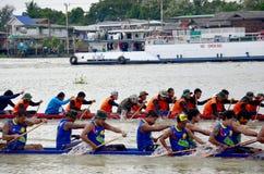 Os povos tailandeses juntam-se com competência de barco longa Imagens de Stock
