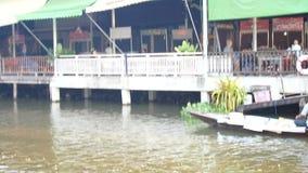 Os povos tailandeses juntam-se e preparam-se a monges postas evento das ofertas do alimento na procissão tradicional pelo barco n video estoque