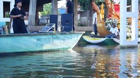 Os povos tailandeses juntam-se e preparam-se a monges postas evento das ofertas do alimento na procissão tradicional pelo barco n vídeos de arquivo